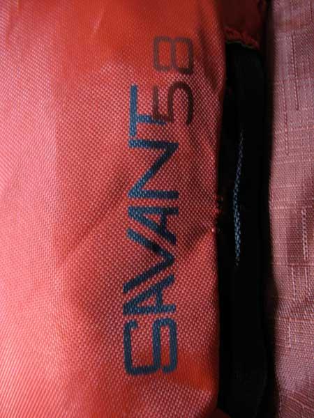 savant58のフロントポケットの製品ロゴ